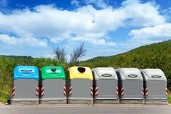 Ökologische vorgewählte Abfallbehälter durch Farben stockfotografie