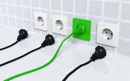 Ökologischer grüner Stecker in einen grünen Sockel Stockfotografie