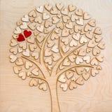 Ökologischer Liebesbaum mit zwei roten Herzen Stockfotos