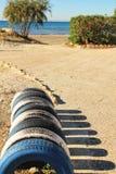 Ökologisches Fahrradparken gemacht mit Reifen auf dem Strand lizenzfreie stockbilder