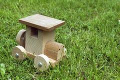 Ökologisches hölzernes Auto im Gras Stockfoto