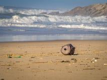ökologisches Krisenfoto Strandverschmutzung Ein alter, korrodierter Barre lizenzfreie stockfotografie