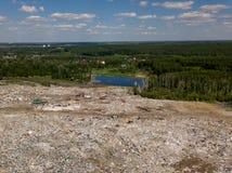 ökologisches Krisenfoto Von der Luftdraufsichtfoto vom Fliegenbrummen des großen Abfallstapels Abfallstapel im Abfalldump oder in Stockfotos