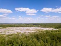 ökologisches Krisenfoto Von der Luftdraufsichtfoto vom Fliegenbrummen des großen Abfallstapels Abfallstapel im Abfalldump oder -m Stockfoto