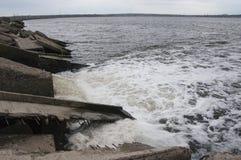 Ökologisches Problem Entladung des schmutzigen Abwasserwassers in das Gasthaus Stockfoto