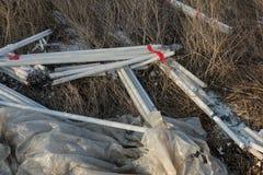 Ökologisches Problem, Unfall Kriminelle Beseitigung von Leuchtstoffquecksilberlampen, E-Abfall ökologisches Krisenfoto Umweltverg stockbilder