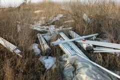 Ökologisches Problem, Unfall Kriminelle Beseitigung von Leuchtstoffquecksilberlampen, E-Abfall ökologisches Krisenfoto Umweltverg stockfoto