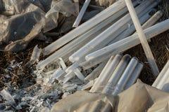 Ökologisches Problem, Unfall Kriminelle Beseitigung von Leuchtstoffquecksilberlampen, E-Abfall ökologisches Krisenfoto Umweltverg stockfotos