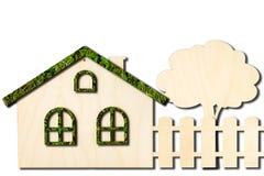 Ökologisches Spielzeugholzhaus mit dem Zaun lokalisiert auf weißem Hintergrund lizenzfreie stockbilder