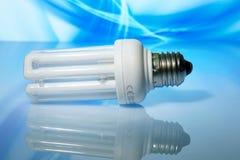 Ökonomische Lampe auf einem blauen Hintergrund. Stockbild