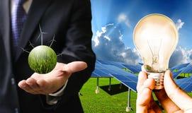 Ökostrom von den Solarzellen und von den Windkraftanlagen, stützbar stockbilder