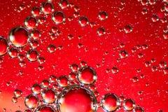 Öl auf Wasser-roter und silberner Blasen-Zusammenfassung Lizenzfreies Stockfoto