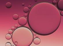 Öl-Blasen lokalisiert auf weißem Hintergrund, Nahaufnahme-Kollagen-Emulsion im Wasser Abbildung Goldserum-Tröpfchen vektor abbildung