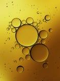 Öl-Blasen lokalisiert auf weißem Hintergrund, Nahaufnahme-Kollagen-Emulsion im Wasser Abbildung Goldserum-Tröpfchen stockbild