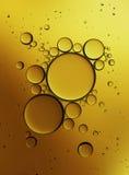 Öl-Blasen lokalisiert auf weißem Hintergrund, Nahaufnahme-Kollagen-Emulsion im Wasser Abbildung Goldserum-Tröpfchen stockbilder