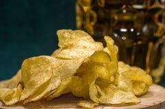Öl, chiper och såsen Royaltyfri Fotografi
