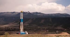 Öl Derrick Crude Pump Industrial Equipment Colorado Rocky Mountains lizenzfreie stockbilder