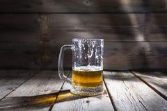 Öl exponeringsglas, rånar, guld-, alkohol, drinken, kopieringsutrymme royaltyfri fotografi