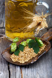 Öl, flygturer och korn som bryggar ingredienser Royaltyfri Fotografi
