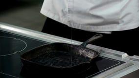 Öl gegossen auf erhitzte Wanne für das Braten stock video