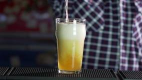 Öl häller uppifrån in i exponeringsglaset som bildar vågor lager videofilmer