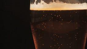 Öl hälls in i ett exponeringsglas stock video
