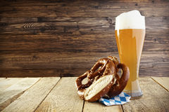 Öl Helles Hefeweizen och kringla; Oktoberfest Royaltyfri Bild