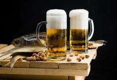 Öl i ett exponeringsglas med ett härligt skum royaltyfri foto