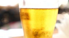 Öl i ett rånaslut upp 4K Ultrarapid luftbubblor i öl stiger långsamt upp arkivfilmer
