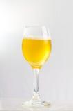 Öl i ett wineexponeringsglas Arkivfoto