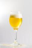 Öl i ett wineexponeringsglas Royaltyfria Foton