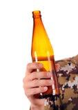Öl i handen Fotografering för Bildbyråer