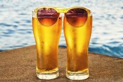 Öl kallt öl, en stång på stranden, vilar vid havet, arkivfoto