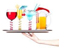 Öl med coctailen på ett silverservitrismagasin Fotografering för Bildbyråer