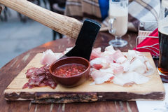 Öl med köttmellanmålet till öltillförselmål Royaltyfri Foto