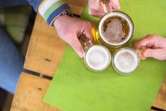 Öl med vänner Arkivbild