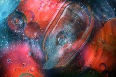Öl mit Blasen auf einem bunten Hintergrund Lizenzfreie Stockfotos