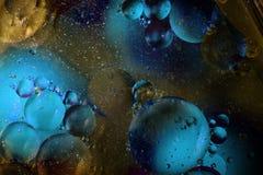 Öl mit Blasen auf einem bunten Hintergrund Lizenzfreies Stockbild