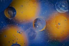 Öl mit Blasen auf einem bunten Hintergrund Stockfoto