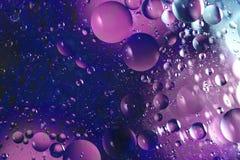Öl mit Blasen auf einem bunten Hintergrund Lizenzfreies Stockfoto
