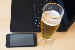 Öl och bärbar dator royaltyfri bild