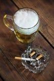 Öl och en cigarett Arkivbilder