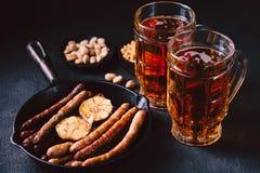 Öl och grillade korvar stång bar som är mest oktoberfest arkivfoton