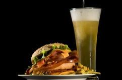 Öl och hamburgare royaltyfria bilder