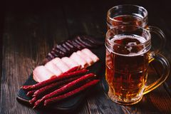 Öl- och köttmellanmål stång bar, mest oktoberfest mat royaltyfri bild