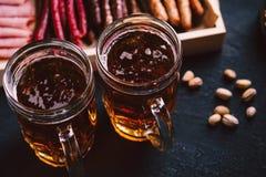 Öl- och köttmellanmåluppsättning bar restaurang, stångmat arkivbilder
