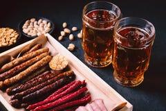 Öl- och köttmellanmåluppsättning bar restaurang, stångmat royaltyfri bild