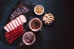 Öl- och köttmellanmåluppsättning bar restaurang, stångmat royaltyfria bilder