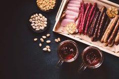 Öl- och köttmellanmåluppsättning bar restaurang, stångmat royaltyfri foto