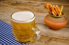 Öl och mellanmål Royaltyfri Foto